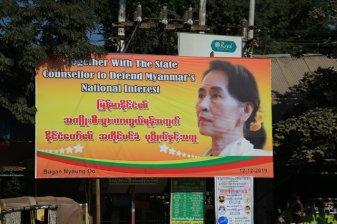 figure tutélaire du pays, Aung Sang suki, dans un rond point du quartier de Nyaung Oo à Bagan - l'autre ailleurs au Myanmar (Birmanie) et Thaïlande, une autre idée du voyage