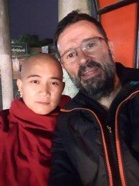 en attendant mon bus pour Kin Pun rencontre avec un moine qui me propose la photo - l'autre ailleurs au Myanmar (Birmanie) et Thaïlande, une autre idée du voyage