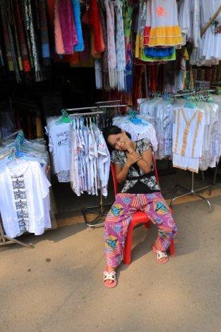 jeune vendeuse se prêtant au jeu de la photo à Kin Pun - l'autre ailleurs au Myanmar (Birmanie) et Thaïlande, une autre idée du voyage