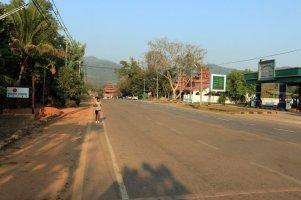 a gauche l'entrée du motel où je séjourne, au milieu la route et à droite une station service dans la petite ville de Kin Pun - l'autre ailleurs au Myanmar (Birmanie) et Thaïlande, une autre idée du voyage