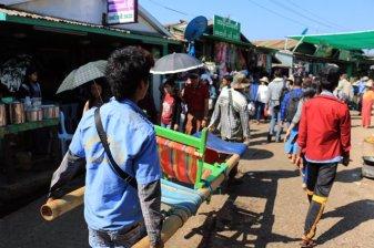 porteurs sur le site du fameux rocher d'or (Golden Rock) au Myanmar - l'autre ailleurs au Myanmar (Birmanie) et Thaïlande, une autre idée du voyage