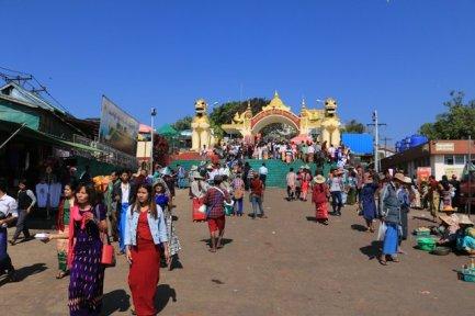 l'entrée du site du fameux rocher d'or (Golden Rock) au Myanmar - l'autre ailleurs au Myanmar (Birmanie) et Thaïlande, une autre idée du voyage