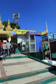 et même un distributeur de billets sur le site du fameux rocher d'or (Golden Rock) au Myanmar - l'autre ailleurs au Myanmar (Birmanie) et Thaïlande, une autre idée du voyage