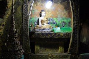 un tout petit temple sur le site du fameux rocher d'or (Golden Rock) au Myanmar - l'autre ailleurs au Myanmar (Birmanie) et Thaïlande, une autre idée du voyage
