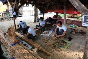 Sculpteurs de bois au Shwe Nandaw Monastery à Mandalay - l'autre ailleurs au Myanmar (Birmanie) et Thaïlande, une autre idée du voyage