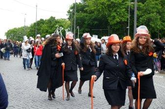 Défilé d'étudiants pour la fin de leurs études dans les rues de Porto - l'autre ailleurs à Porto, une autre idée du voyage