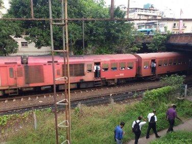 train de banlieue - l'autre ailleurs au Sri-Lanka, une autre idée du voyage