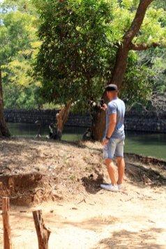 Alex tentent l'approche des singes, en bas du roc Pidurangala à Sigyria - l'autre ailleurs au Sri-Lanka, une autre idée du voyage