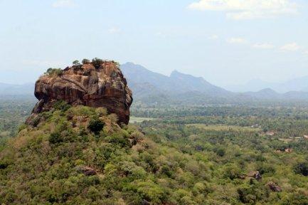 en haut du roc Pidurangala à Sigyria, vue sur le roc du Lion - l'autre ailleurs au Sri-Lanka, une autre idée du voyage