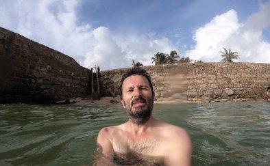 baignade dans l'océan indien près des fortifications de Galle- l'autre ailleurs au Sri-Lanka, une autre idée du voyage