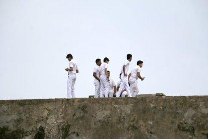 quelques jeunes jouent sur les fortifications de la partie vieille ville de Galle - l'autre ailleurs au Sri-Lanka, une autre idée du voyage