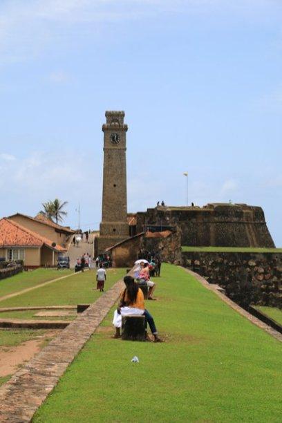 la tour de l'horloge depuis les fortifications dans la partie vieille ville de Galle - l'autre ailleurs au Sri-Lanka, une autre idée du voyage