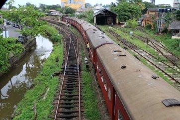 le train qui quitte la gare de Galle - l'autre ailleurs au Sri-Lanka, une autre idée du voyage