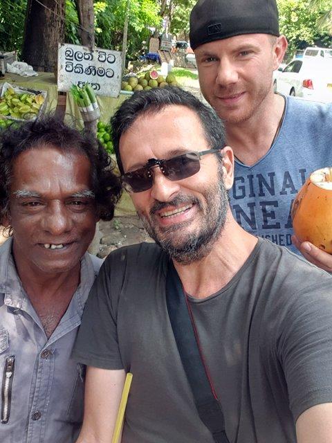avec Alex et non chauffeur de tuc-tuc, sur la route pour aller voir les éléphants, depuis Kandy - l'autre ailleurs au Sri-Lanka, une autre idée du voyage