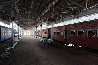 arrivée en train depuis Colombo, dans la gare de Kandy - l'autre ailleurs au Sri-Lanka, une autre idée du voyage