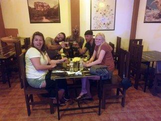 dîner et rires avec Teddy (au fond), Alex (au fond à droite), Liesbeth (premier plan à droite) et Eva à Mirissa dans le restaurant Big Belly - l'autre ailleurs au Sri-Lanka, une autre idée du voyage