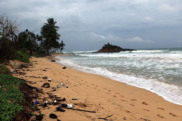 une plage à Mirissa avec ses déchets - l'autre ailleurs au Sri-Lanka, une autre idée du voyage