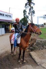 un cavalier qui surgit du fond de...est-ce Zorro , à Nuwara Elyia - l'autre ailleurs au Sri-Lanka, une autre idée du voyage