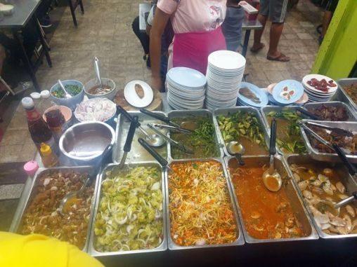 dîner dans un restaurant très local, près de mon hôtel, le Santo House à Bangkok - l'autre ailleurs au Myanmar (Birmanie) et Thaïlande, une autre idée du voyage