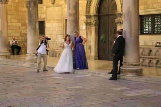 séance photos pour ces jeunes mariés dans la vieille ville de Dubrovnik - l'autre ailleurs en Croatie, une autre idée du voyage