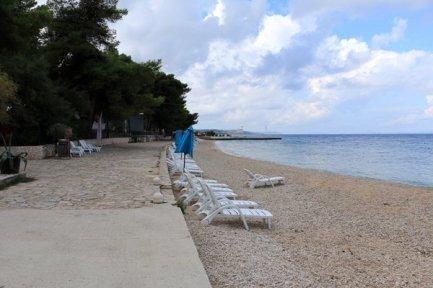 un plage à Supetar sur l'île de Brač - l'autre ailleurs en Croatie, une autre idée du voyage