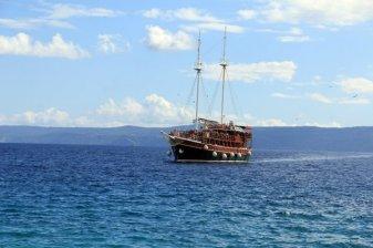 bateau approchant le port de Bol sur l'île de Brač - l'autre ailleurs en Croatie, une autre idée du voyage