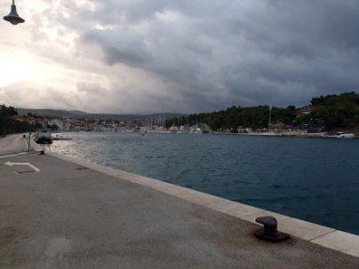 attendant mon bateau pour Dubrovnik, dans le port de Milna sur l'île de Brač - l'autre ailleurs en Croatie, une autre idée du voyage