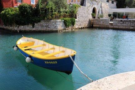 petit port près d'une porte d'entrée de la ville historique de Zadar - l'autre ailleurs en Croatie, une autre idée du voyage