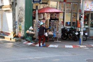 porteuse dans une rue de Chiang Mai - l'autre ailleurs au Myanmar (Birmanie) et Thaïlande, une autre idée du voyage