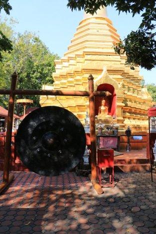 près d'un temple à Chiang Mai - l'autre ailleurs au Myanmar (Birmanie) et Thaïlande, une autre idée du voyage
