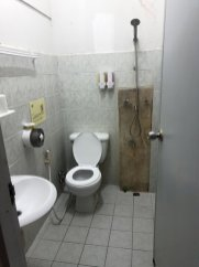 douche et toilettes dans ma chambre au Born Guest House à Chiang Mai - l'autre ailleurs au Myanmar (Birmanie) et Thaïlande, une autre idée du voyage