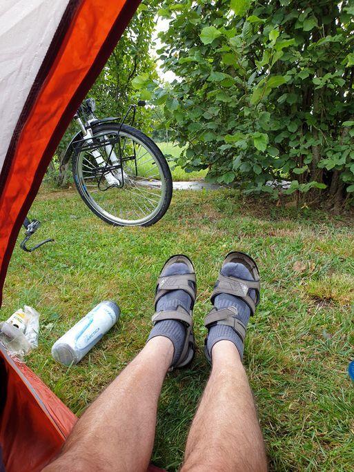 Version chaussettes et sandales, il fait frais cet été.Au camping des Pujols à Villeneuve sur Lot - l'autre ailleurs en Vélo, une autre idée du voyage (www.autre-ailleurs.fr)
