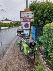 quittant sous la pluie le camping des Pujols de Villeneuve sur Lot - l'autre ailleurs en Vélo, une autre idée du voyage (www.autre-ailleurs.fr)