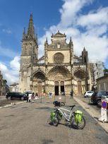 la place de la cathédrale à Bazas (33) - l'autre ailleurs en Vélo, une autre idée du voyage (www.autre-ailleurs.fr)