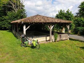 au lavoir de Bazas (33) - l'autre ailleurs en Vélo, une autre idée du voyage (www.autre-ailleurs.fr)
