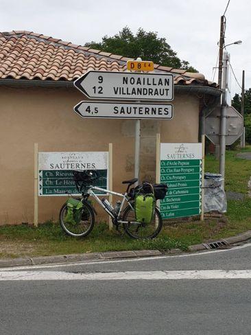 évocation vinicole avec ce panneau de direction dans le bordelais - l'autre ailleurs en Vélo, une autre idée du voyage (www.autre-ailleurs.fr)