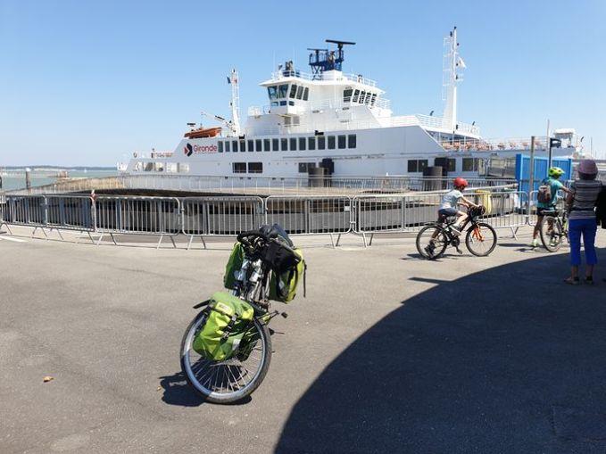 le bateau, le bac pour traverser la Garonne à Le Verdon sur mer (33) vers Royan (17) - l'autre ailleurs en Vélo, une autre idée du voyage (www.autre-ailleurs.fr)