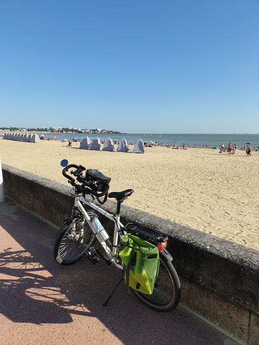 regardant une des plages de Royan (17) - l'autre ailleurs en Vélo, une autre idée du voyage (www.autre-ailleurs.fr)
