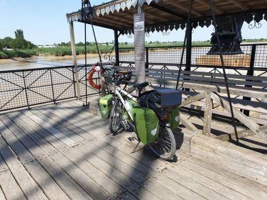 sur le pont transbordeur - l'autre ailleurs en Vélo, une autre idée du voyage (www.autre-ailleurs.fr)