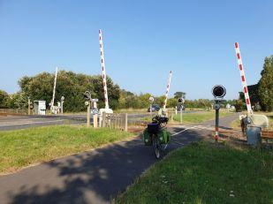 un route en guise de piste cyclable avec son passage à niveau à St Hilaire de Riez (85) - l'autre ailleurs en Vélo, une autre idée du voyage (www.autre-ailleurs.fr)