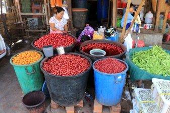 La vendeuse de fruits au sirop sur la marché de Jade à Mandalay au Myanmar - l'autre ailleurs au Myanmar (Birmanie) et Thaïlande, une autre idée du voyage