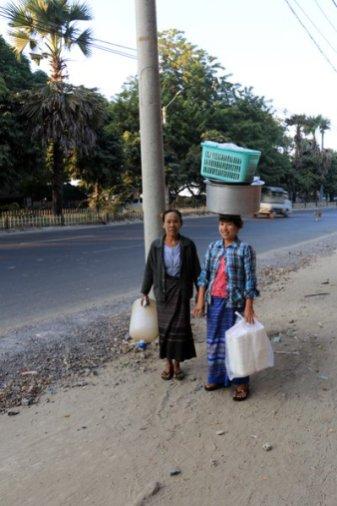 Porteuse sur la tête à Mandalay au Myanmar - l'autre ailleurs au Myanmar (Birmanie) et Thaïlande, une autre idée du voyage