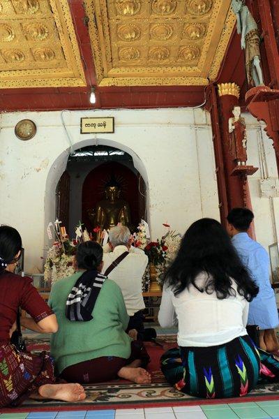 prières au temple sur le site de Bagan - l'autre ailleurs au Myanmar (Birmanie) et Thaïlande, une autre idée du voyage