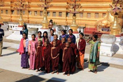 de jeunes moines et leur mère pris en photo dans un temple à Bagan - l'autre ailleurs au Myanmar (Birmanie) et Thaïlande, une autre idée du voyage