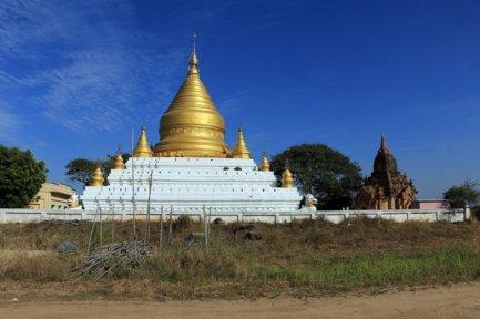 du bleu du ciel et du jaune de l'or, temple sur le site de Bagan - l'autre ailleurs au Myanmar (Birmanie) et Thaïlande, une autre idée du voyage