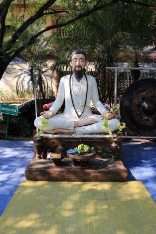 à l'extérieur d'un temple à Chiang Mai - l'autre ailleurs au Myanmar (Birmanie) et Thaïlande, une autre idée du voyage
