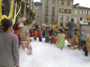 Mousse sur le parvis de la place de l'hotel de ville, inauguration du festival d'Aurillac, Cantal.