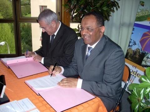 Signature d'une convention par Bernard Bouniol et Fréderic Gilardon