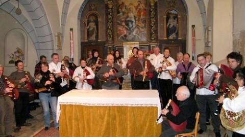 Cabrettes et accordéons dans l'église de Pailherols, Cantal