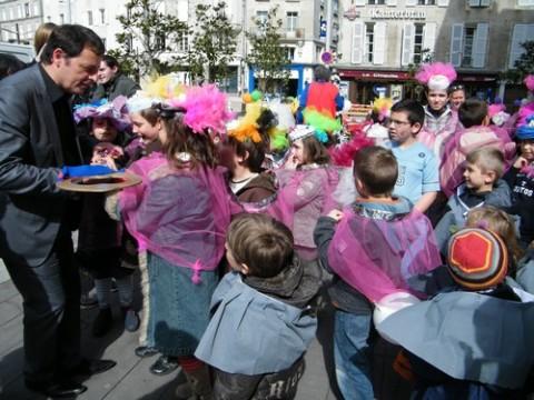 Alain Calmette donne la clé de la ville aux enfants